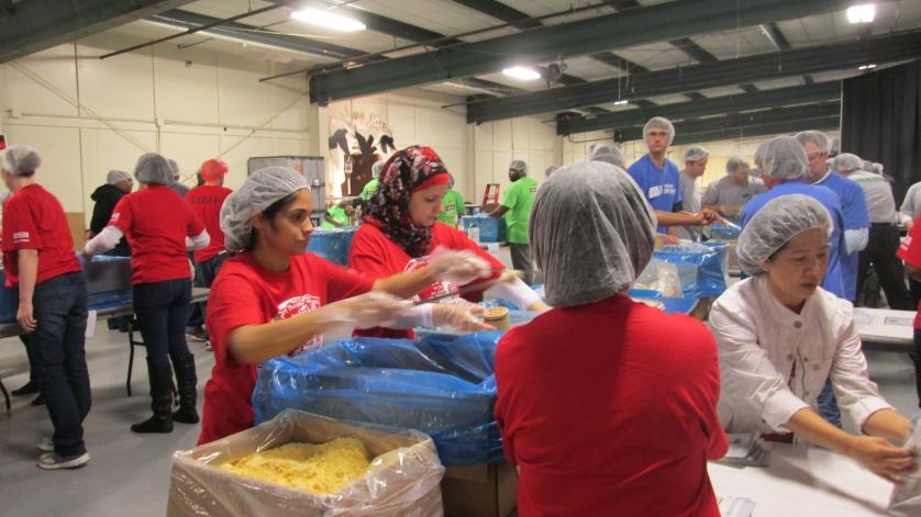 Mitarbeiter bei WIKA in Atlanta verpacken Lebensmittelpäckchen
